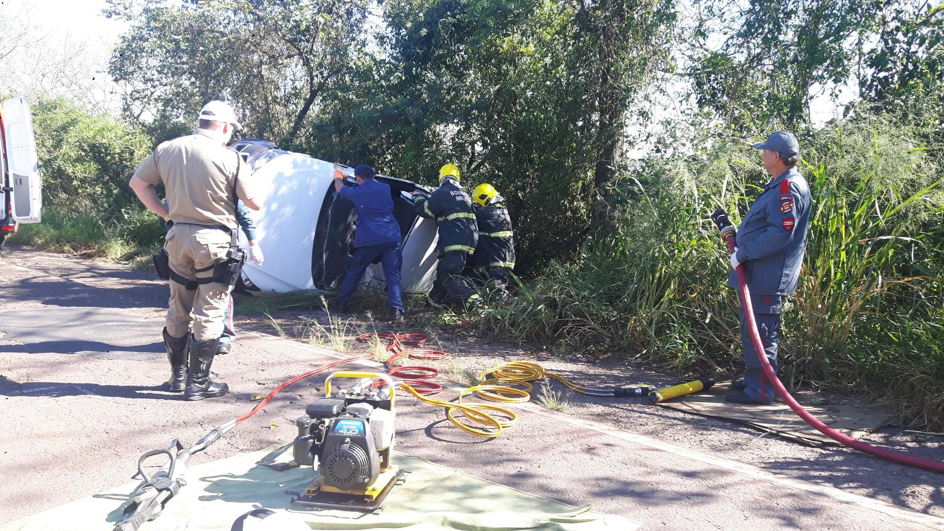 Duas pessoas feridas em colisão de carros na SC 163