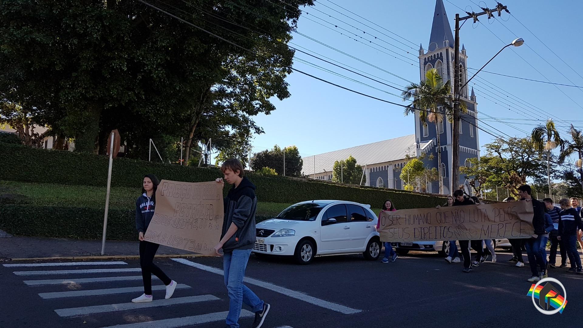 Vídeo - Alunos aderem a greve e reivindicam a baixa do combustível em Itapiranga