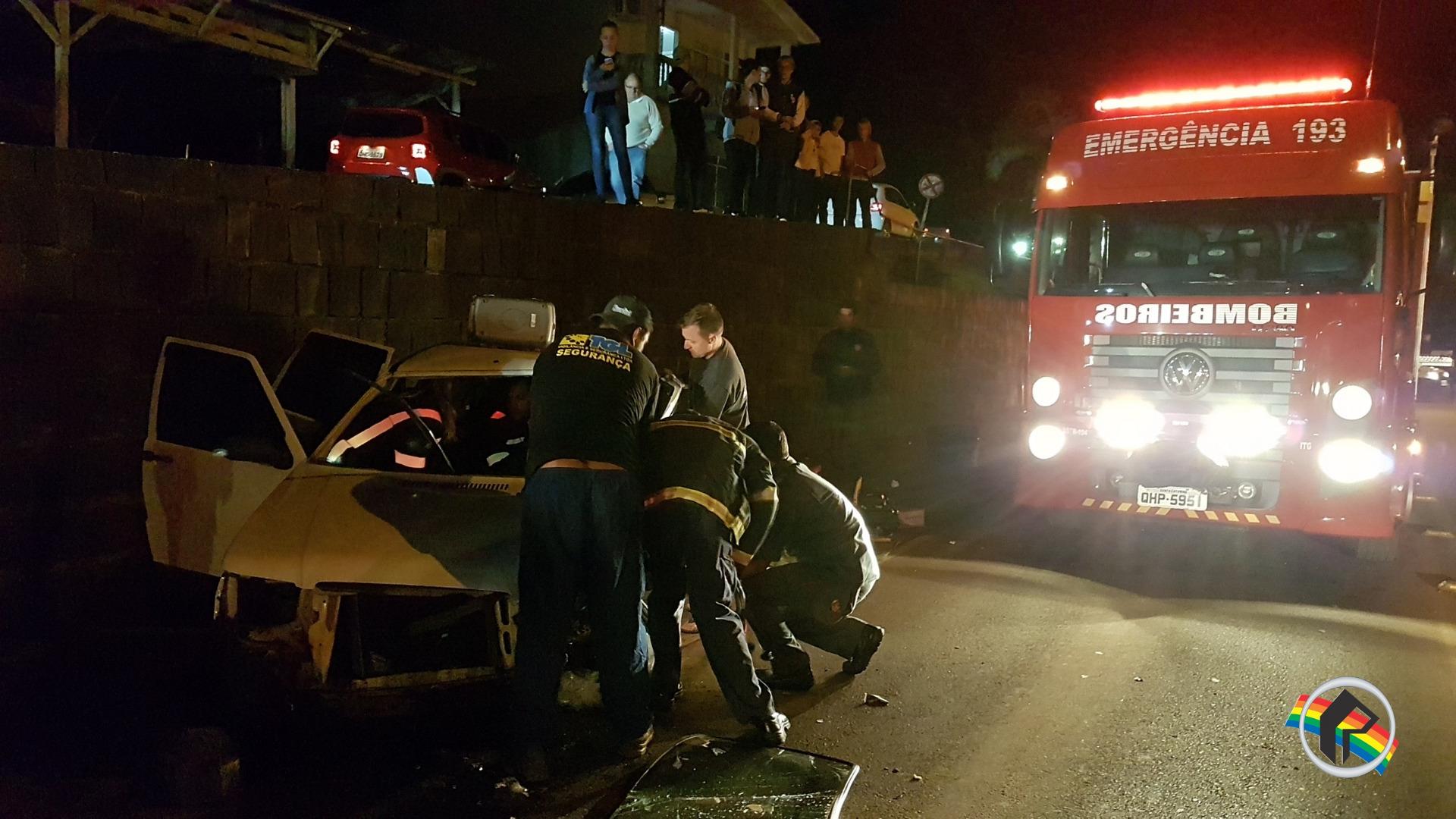 Mulher fica ferida em acidente após colidir e cair em rodovia