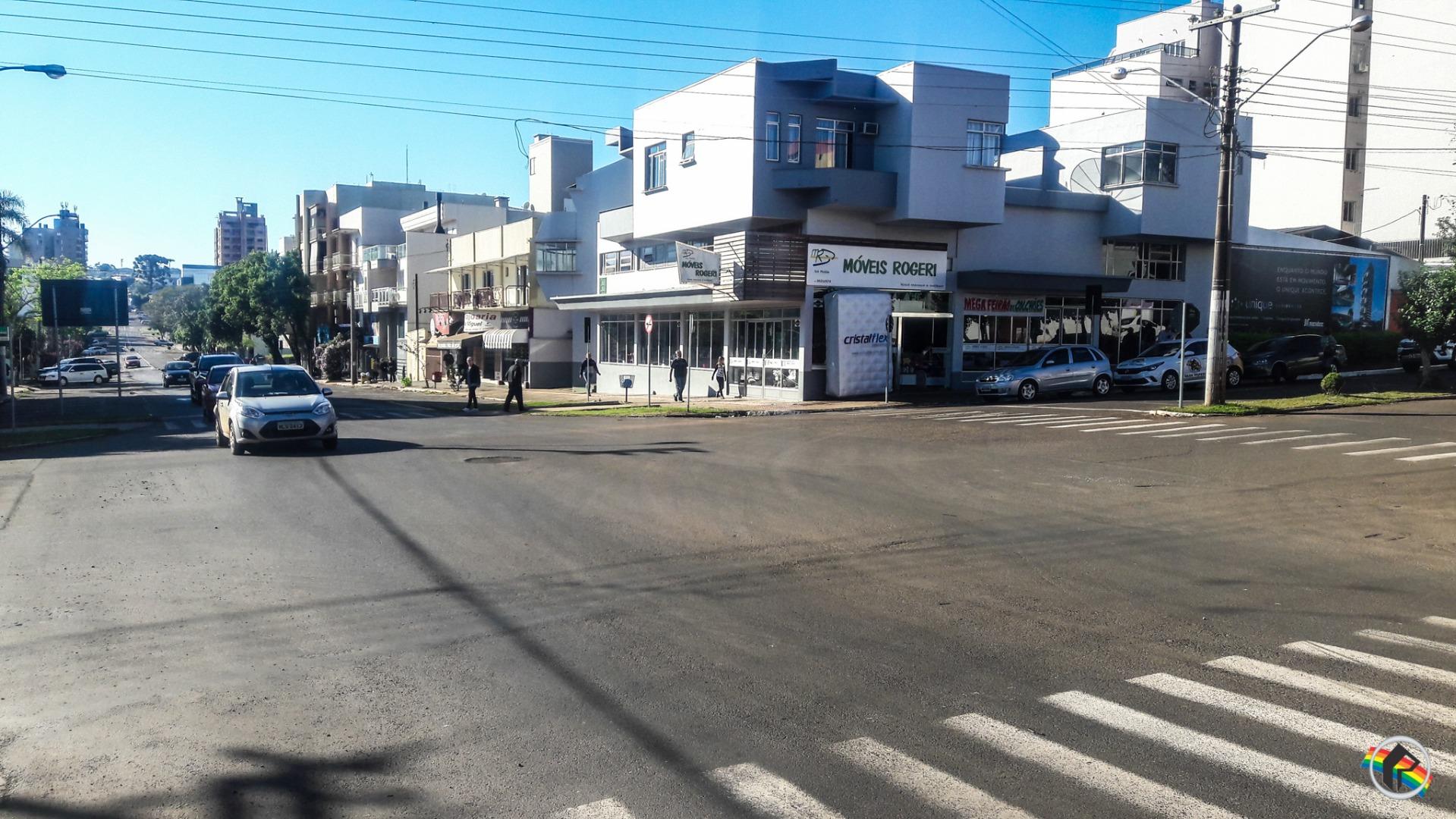 Carro invade mão única e causa acidente no centro do município