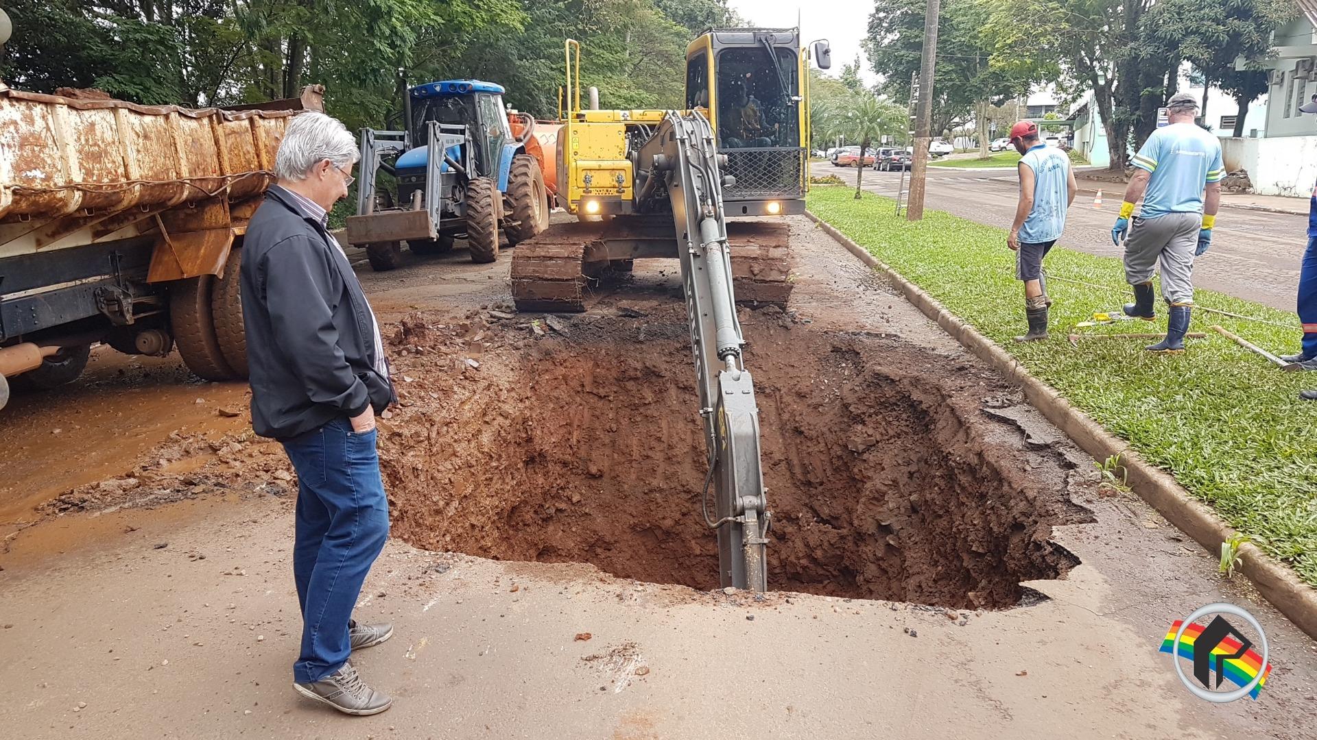 Avenida Uruguai continua parcialmente interditada para desobstrução de rede de esgoto