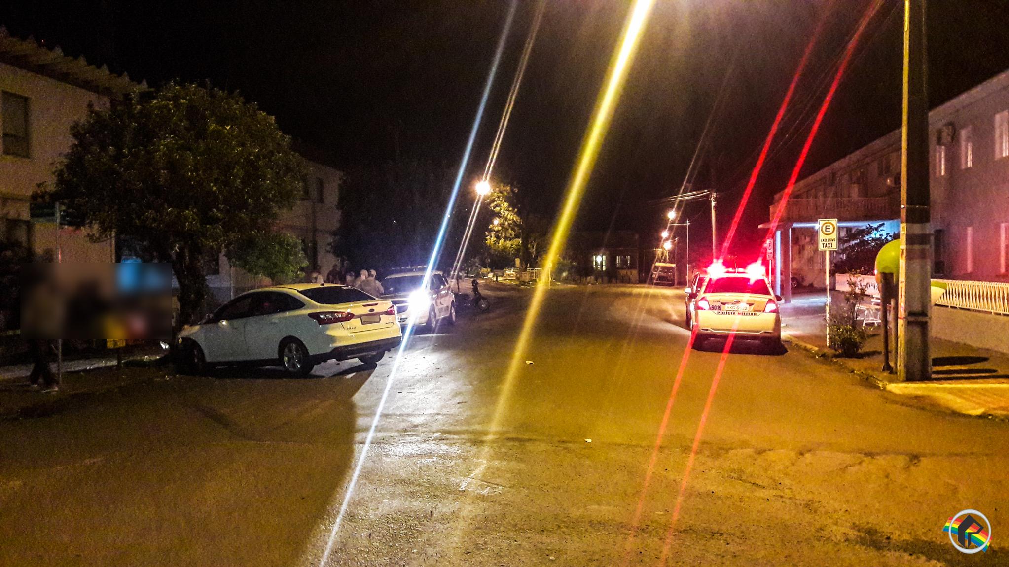 Carro colide contra árvore no centro de São Miguel do Oeste