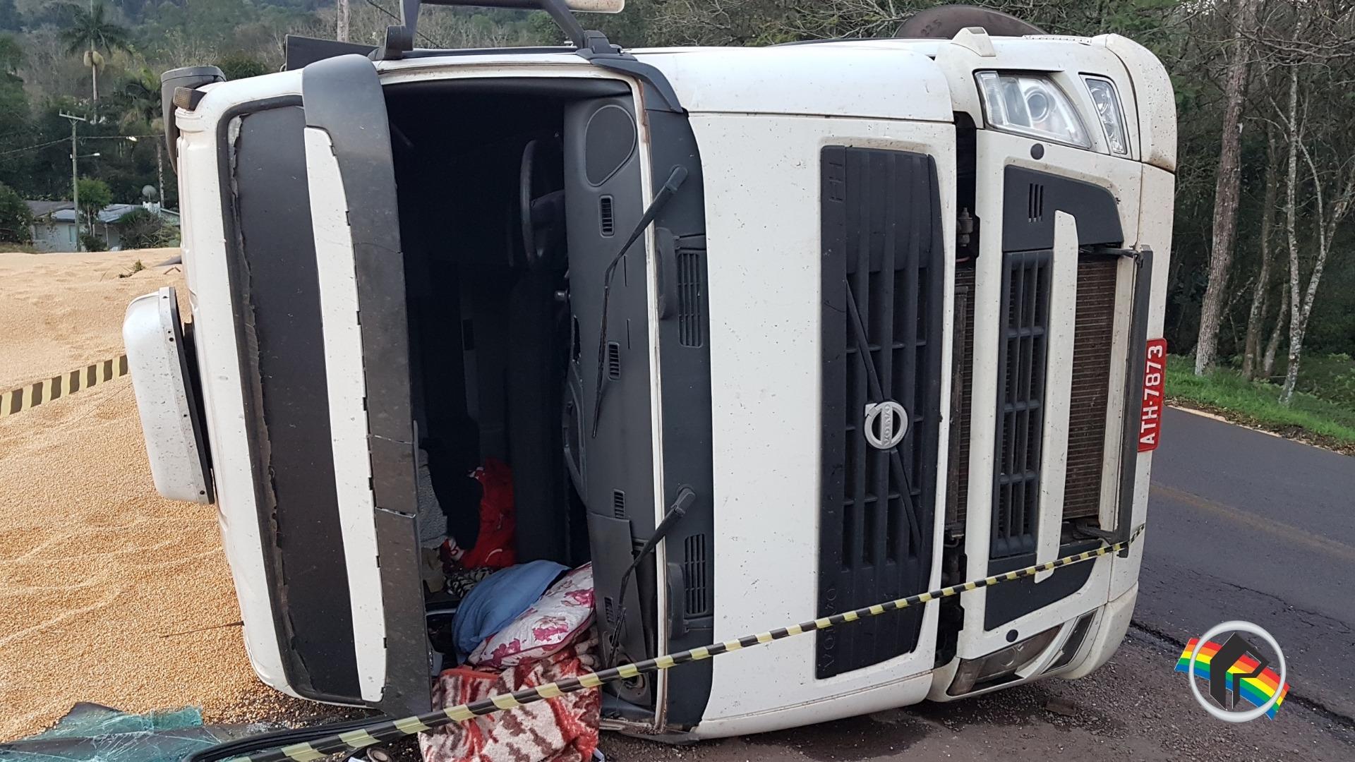 Motorista e caroneiro ficam feridos em tombamento de carreta