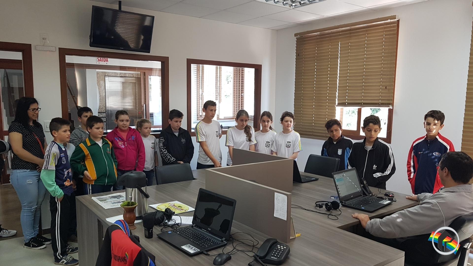Alunos de escola de Tunápolis visitam a Rádio Itapiranga