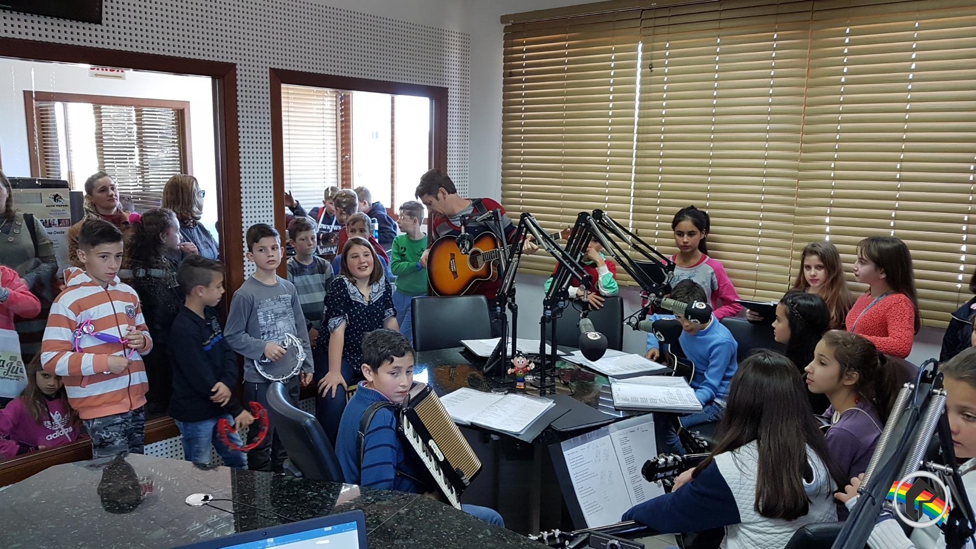 Alunos de Iraceminha visitam a Rádio Itapiranga