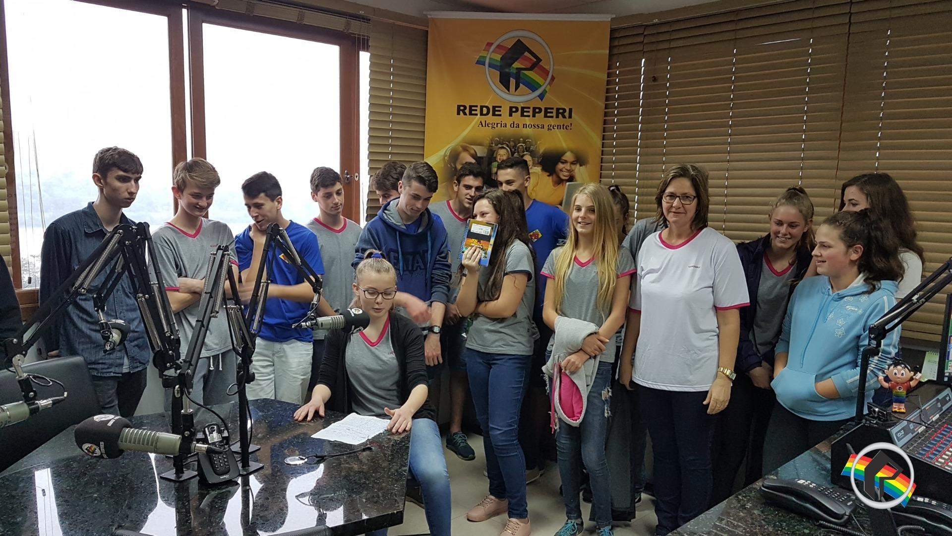 Alunos de São João do Oeste visitam a Rádio Itapiranga