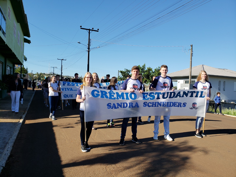 Desfile cívico de Iporã do Oeste tem a participação de 30 entidades