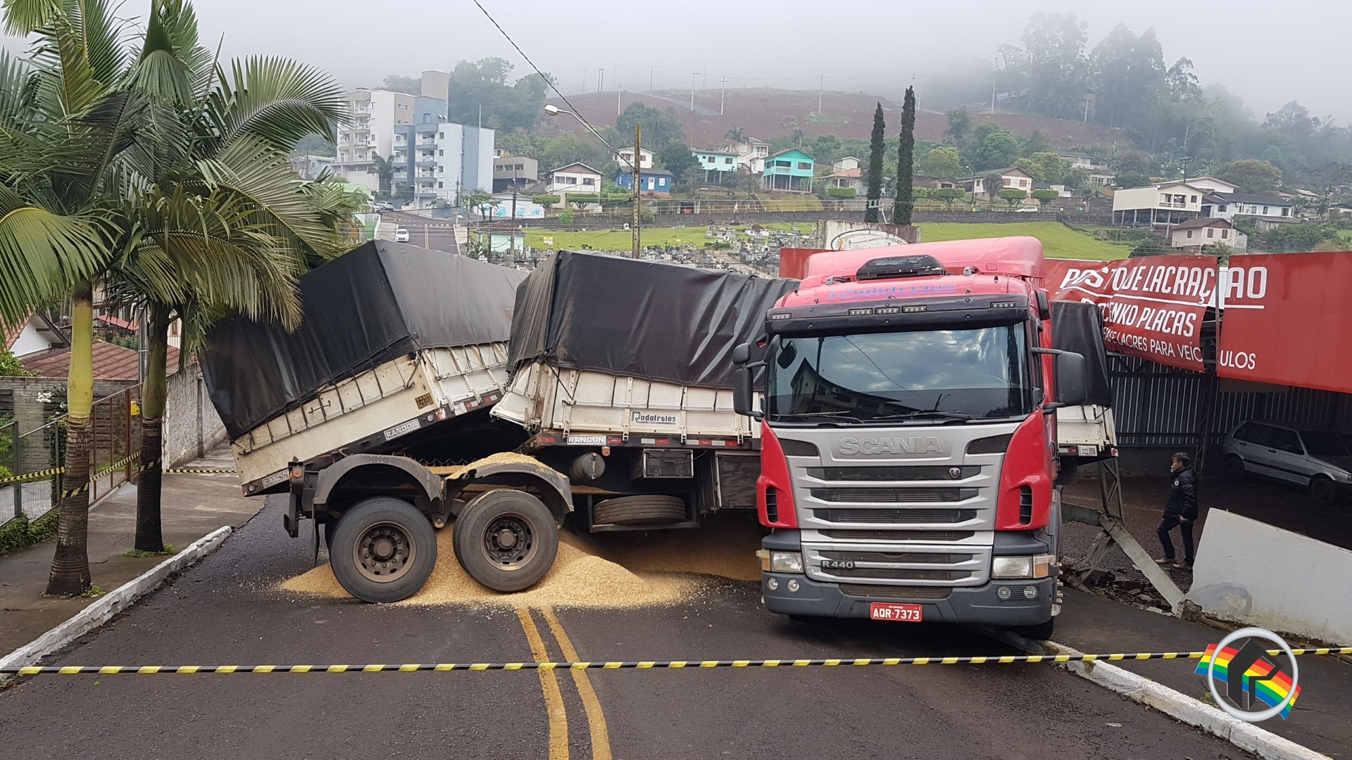 Vídeo - GPS faz caminhoneiro errar o caminho e causa acidente