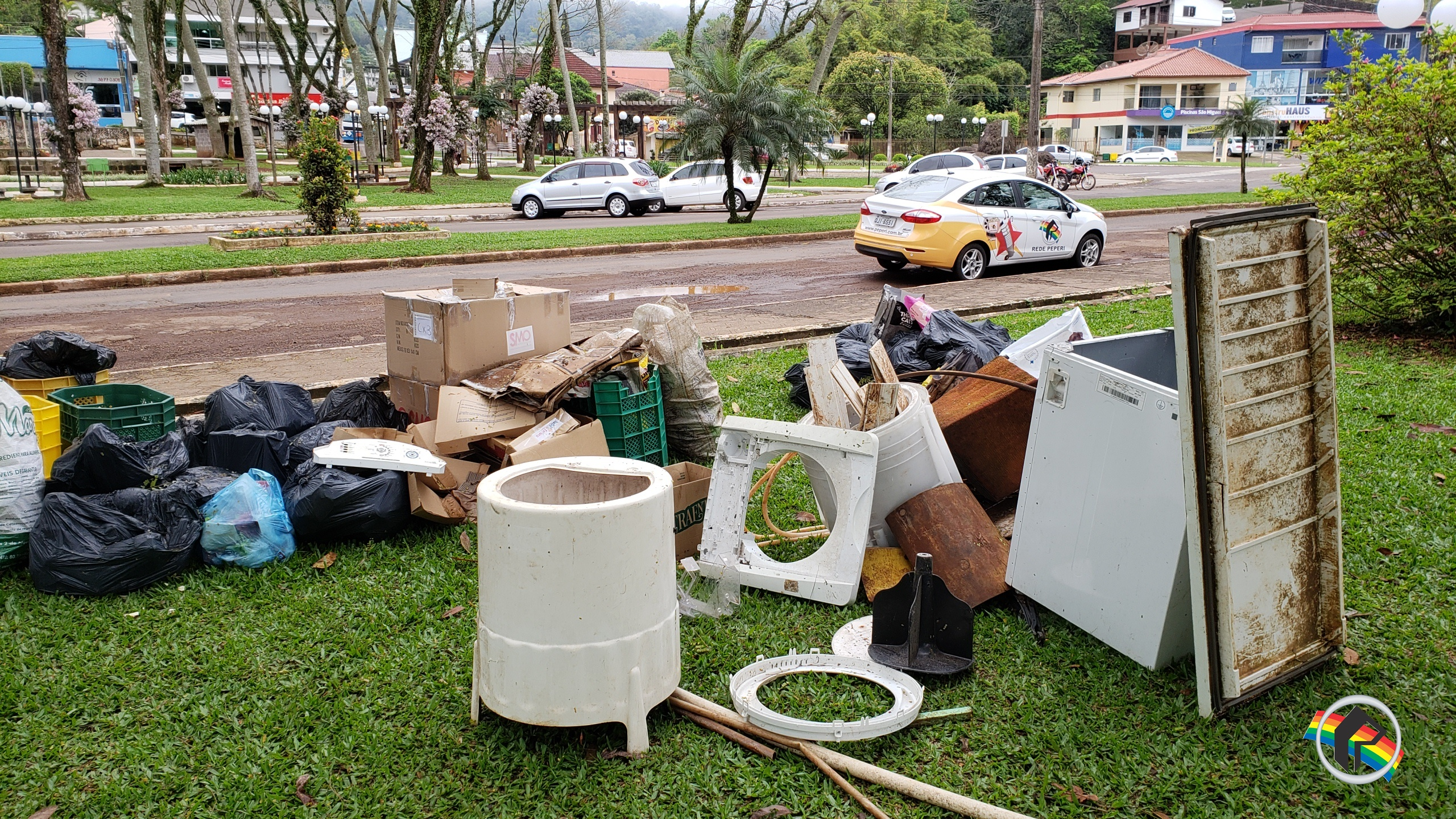 Lixo na Avenida Uruguai em Itapiranga vira caso de polícia