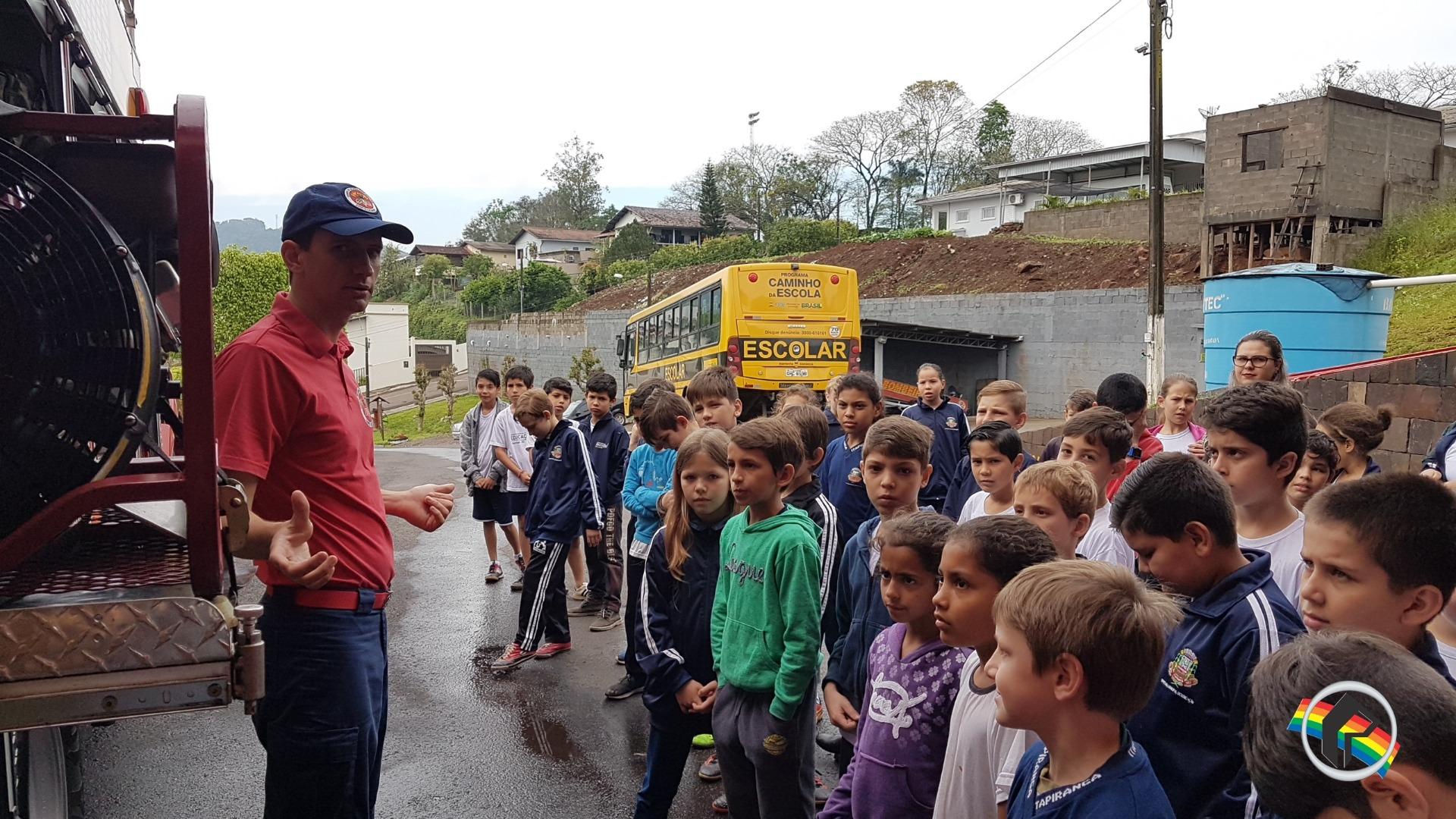 Alunos de escola de Itapiranga conhecem PM e Bombeiros