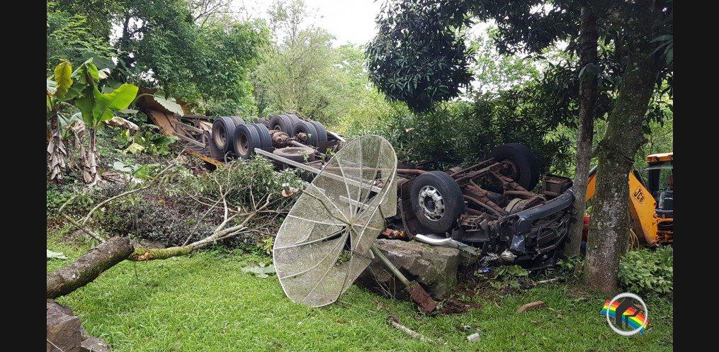 Vídeo - Câmera registra acidente que vitimou caminhoneiro em Itapiranga