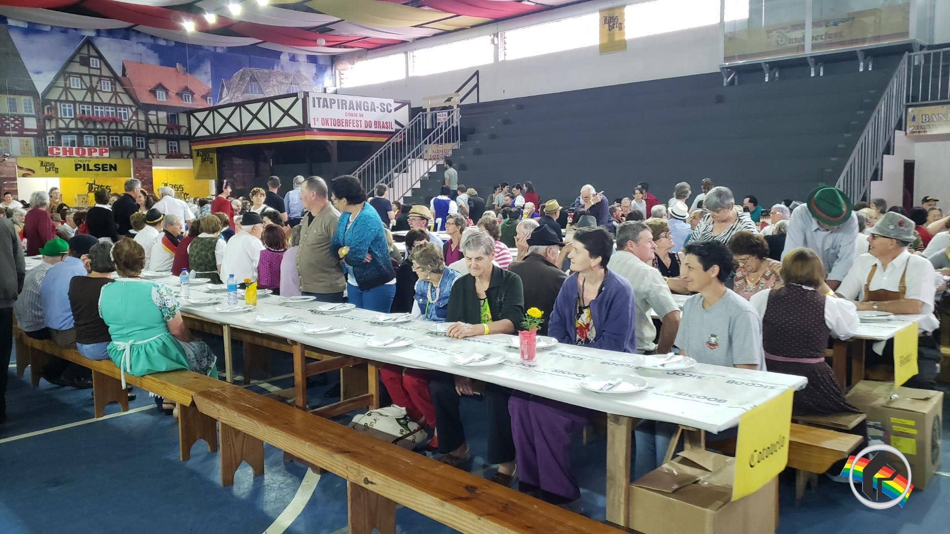 Evento para os idosos abre a 40ª Oktoberfest na cidade de Itapiranga