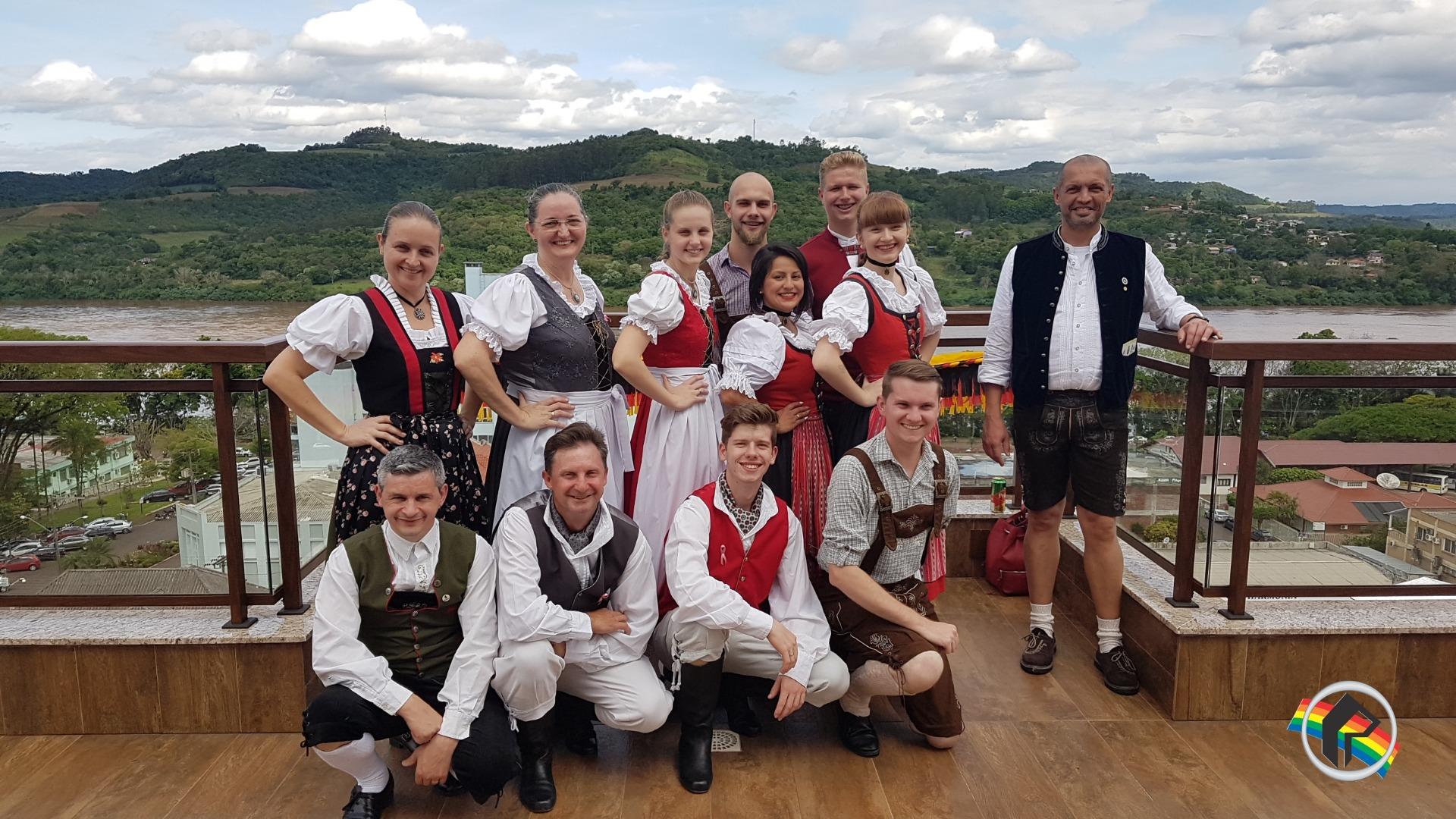 Grupo de danças de Blumenau visita a Rádio Itapiranga