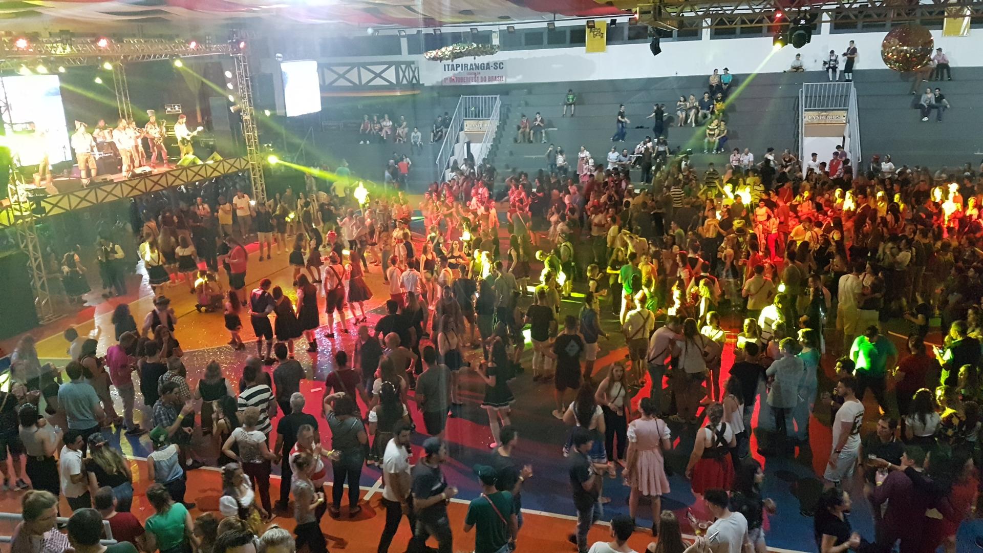 Show da Oktoberfest lota pavilhão principal