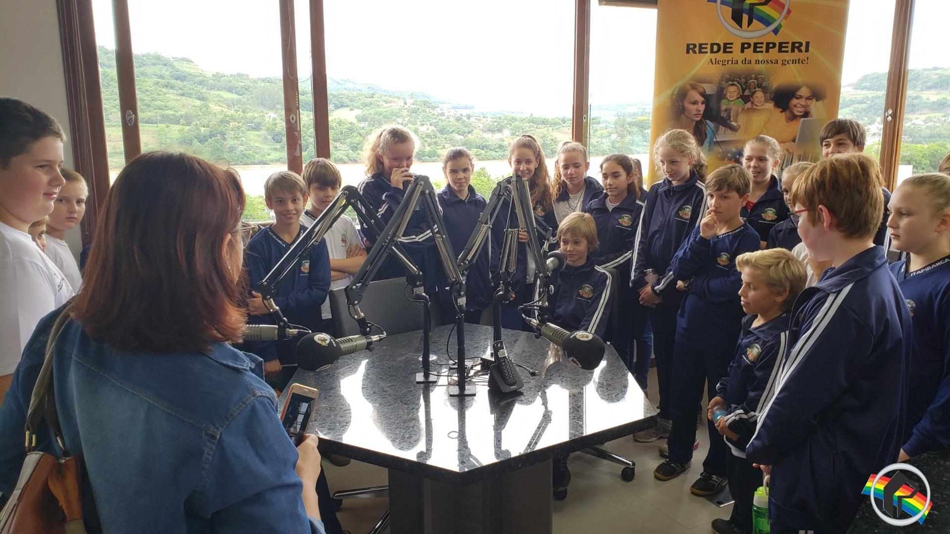 Alunos de escola do interior visitam Rádio Itapiranga