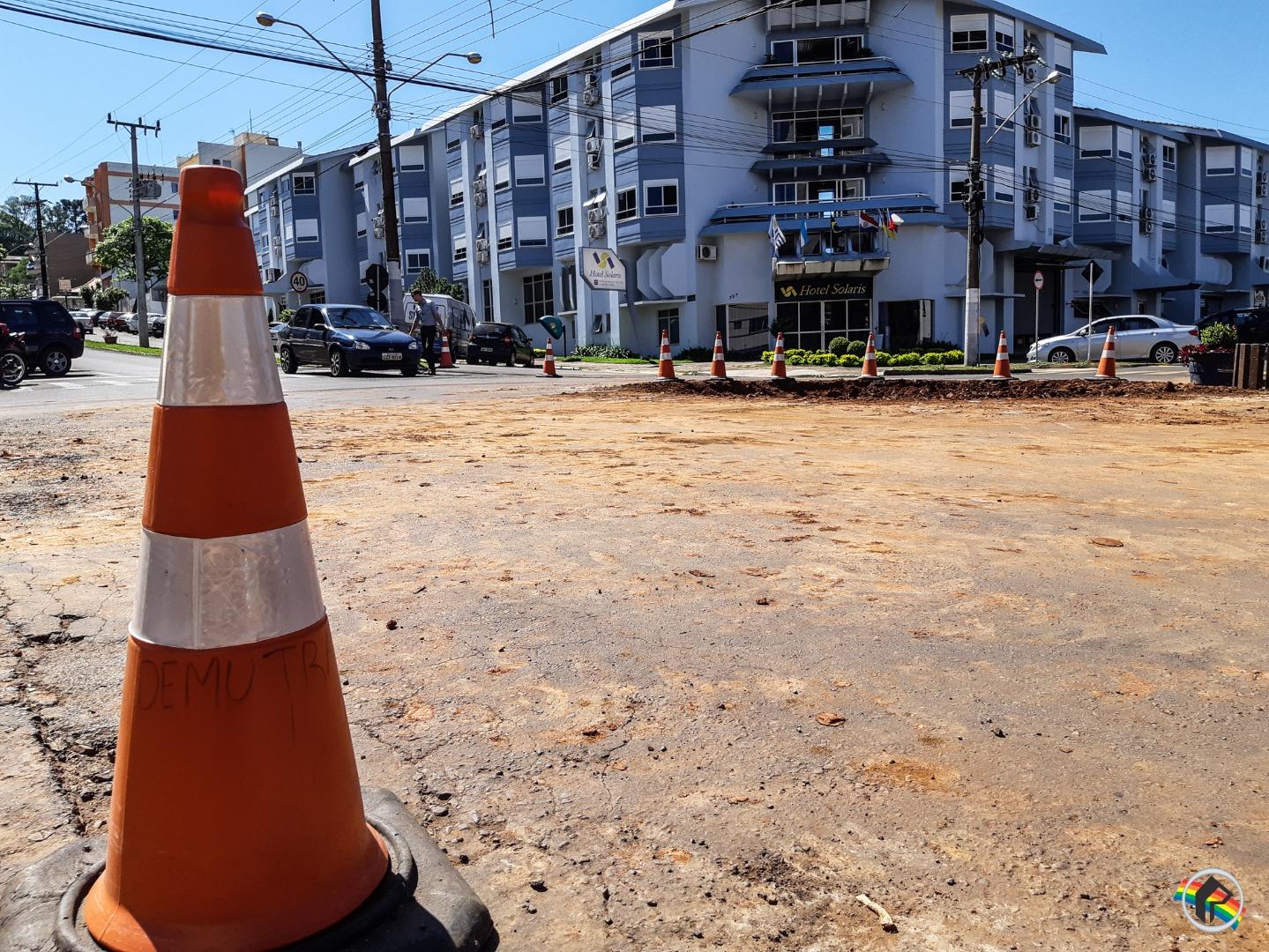 VÍDEO: Prefeitura realiza retirada das rotatórias da XV de Novembro