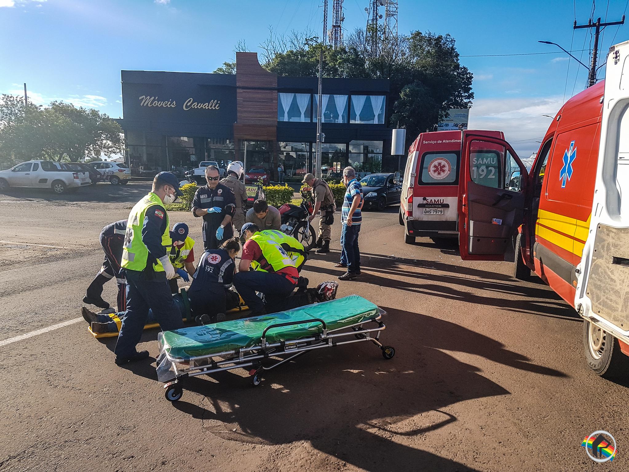 VÍDEO: Motociclista fica ferido em colisão lateral na Willy Barth
