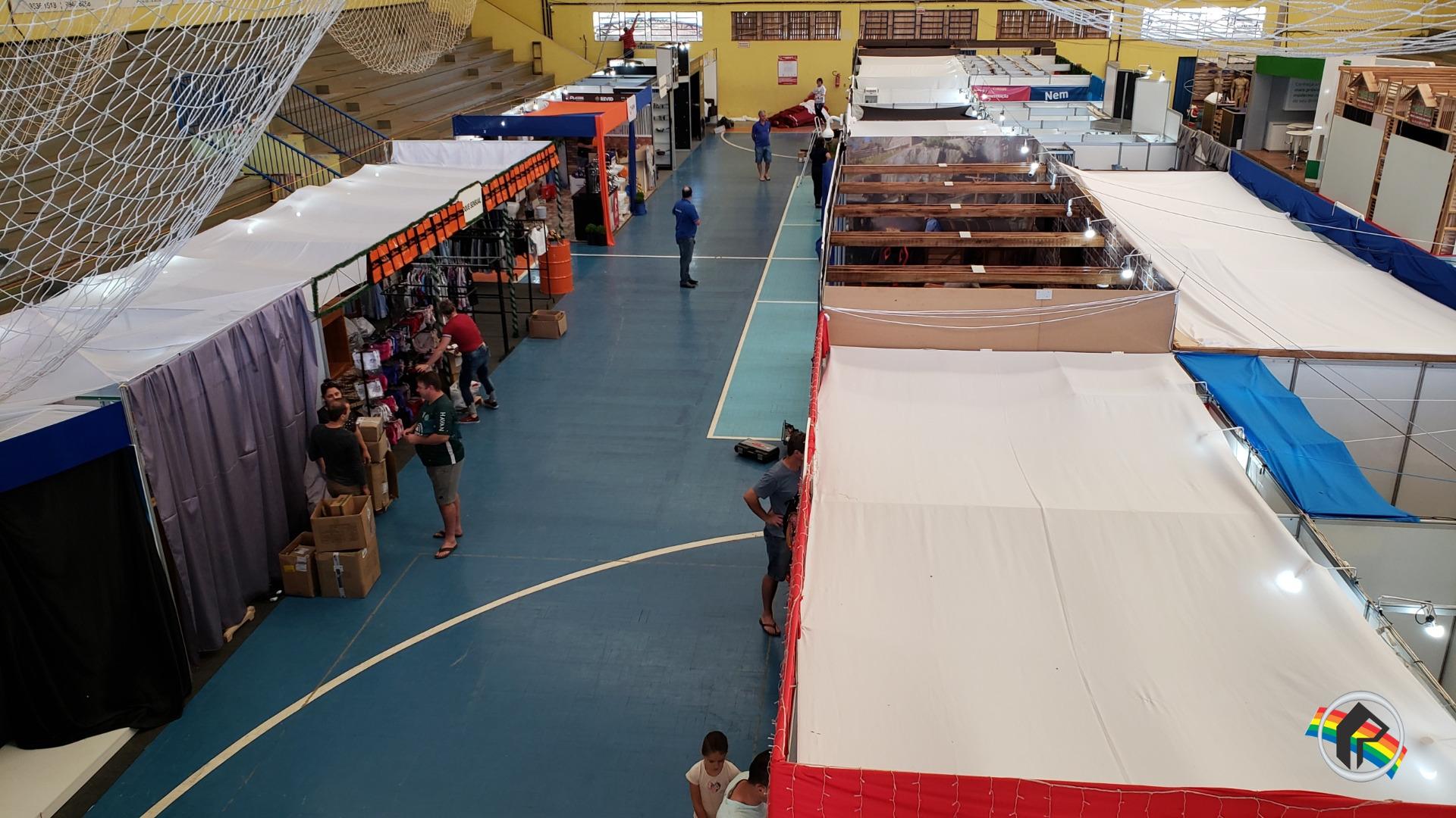 Expositores organizam estandes para a abertura da 4ª Expo São João