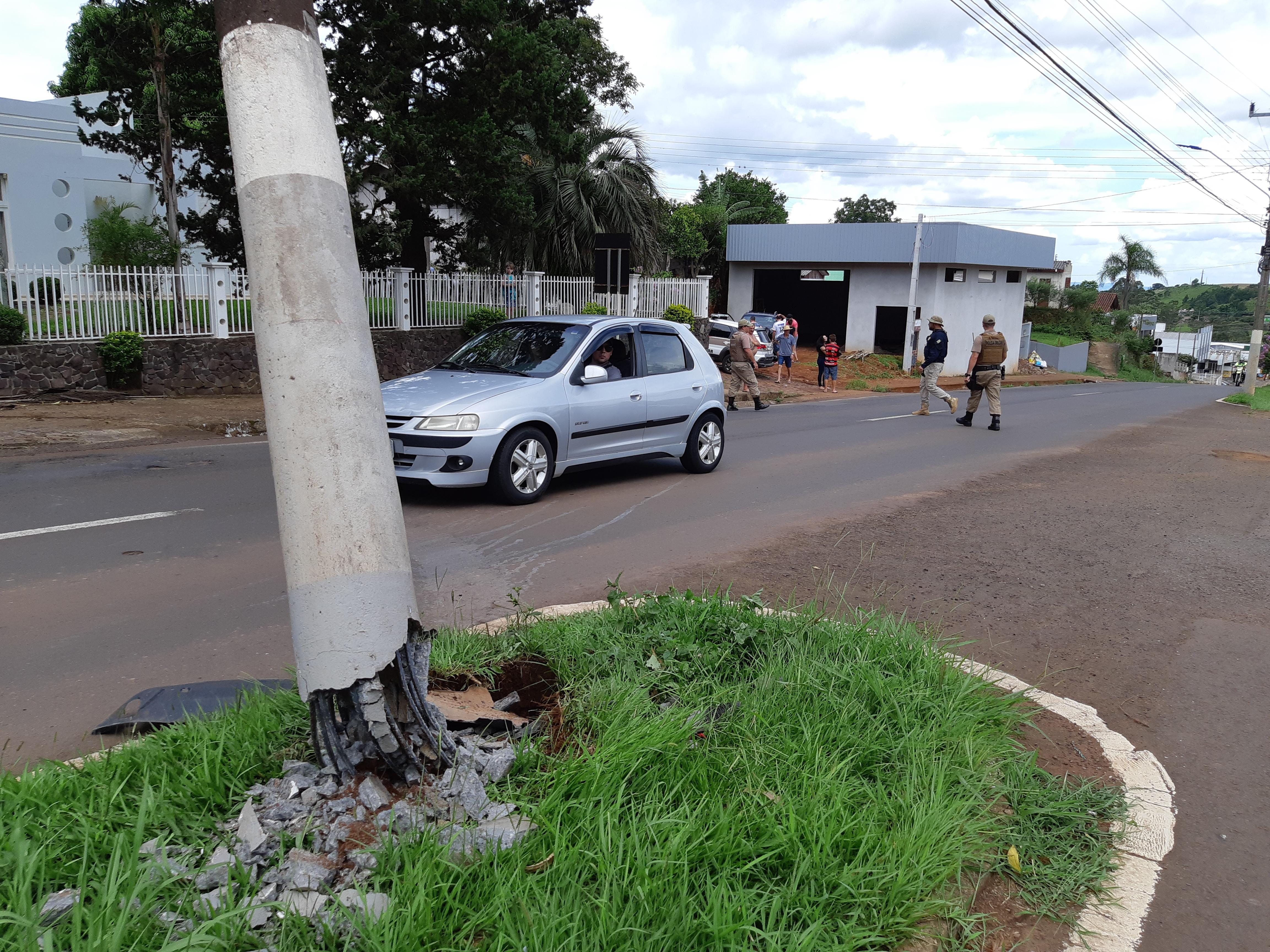 PRF registra colisão em poste na Willy Barth em São Miguel do Oeste