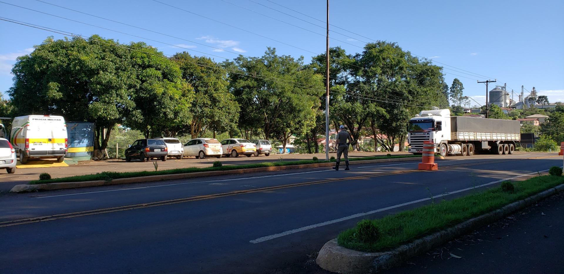 PMR de Iporã do Oeste alerta sobre limite de peso e dimensões de caminhões que trafegam na região