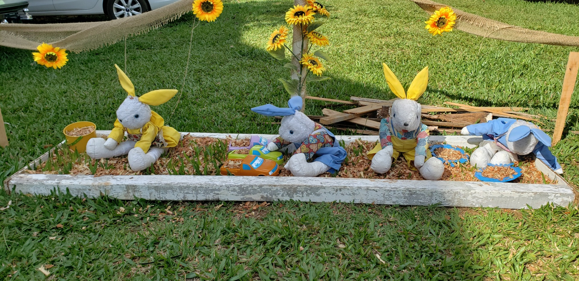 FOTOS: Municípios recebem decoração alusiva a Páscoa