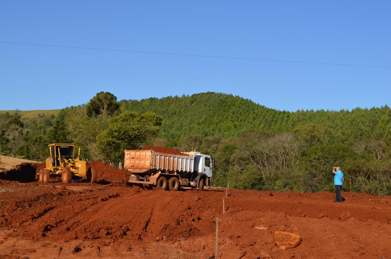 Secretarias de Obras e Agricultura desenvolvem trabalhos no interior