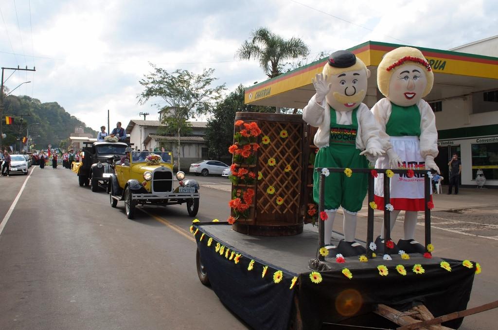 Desfile da 10ª Deutsche Woche evidencia a tradição e a cultura de São João do Oeste