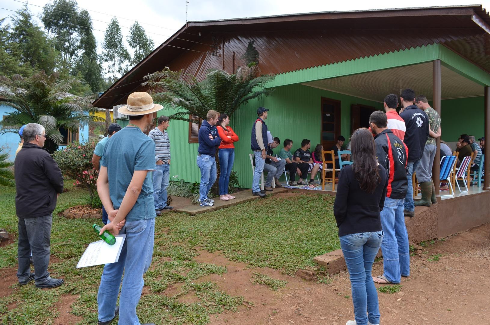 Produtores de leite de Guaraciaba participam de tarde de campo