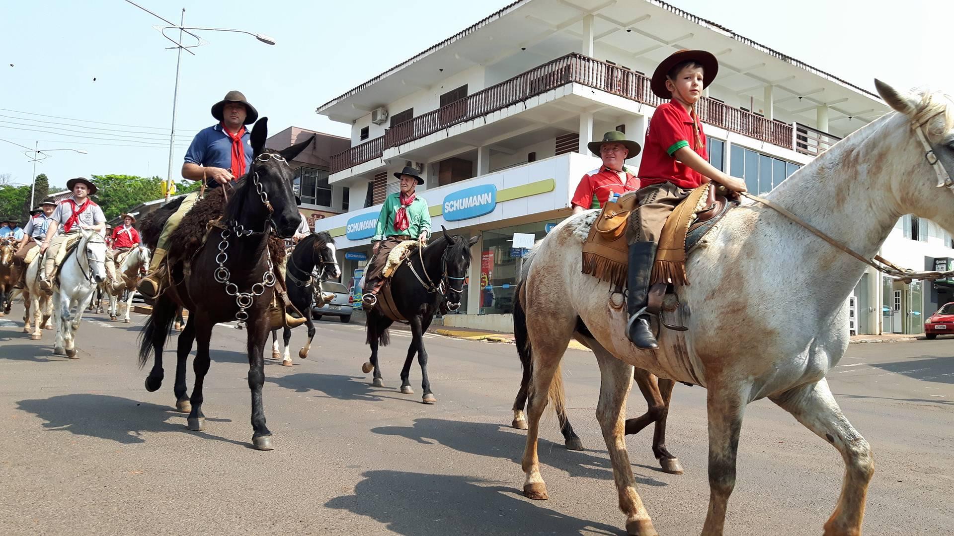 CTG Herança Pampiana recepciona Cavalgada da Integração