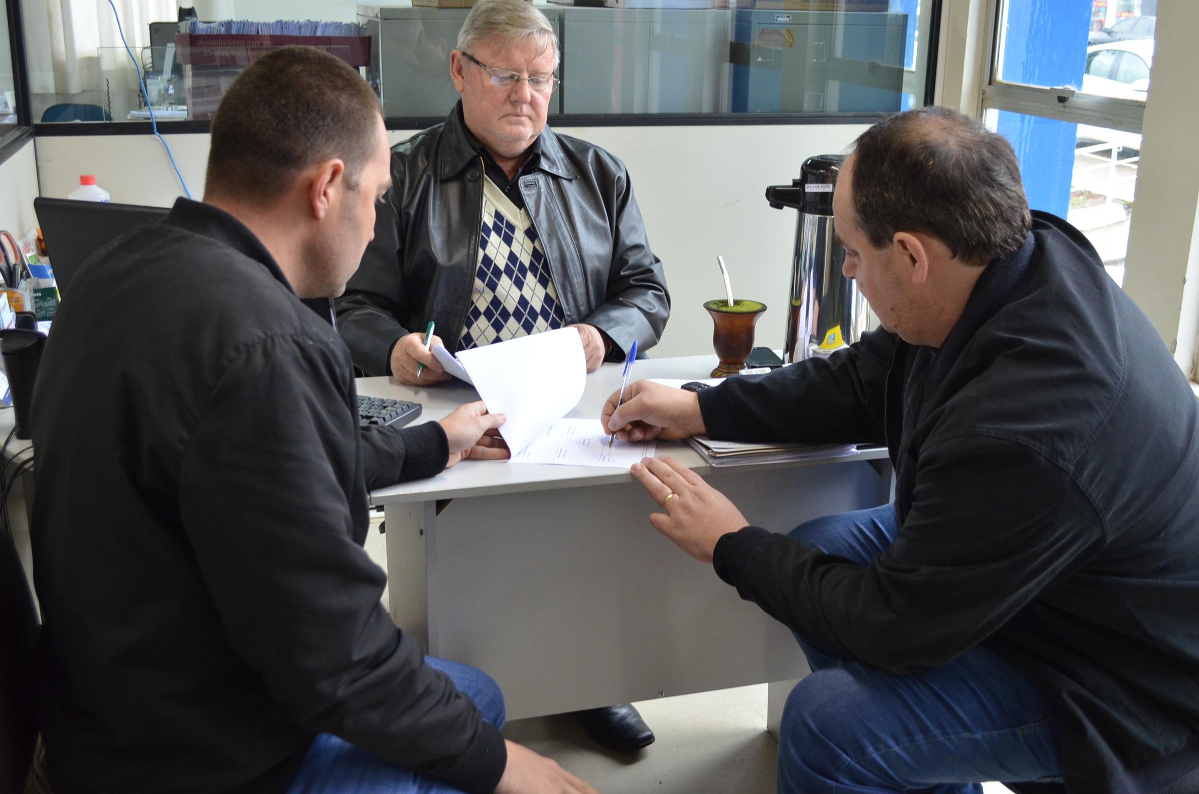 Governo municipal repassa R$ 15 mil para CDL de Guaraciaba