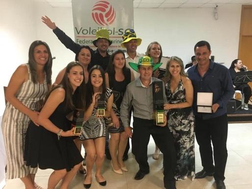 Atletas de Guaraciaba recebem premiação da Federação Catarinense de Voleibol
