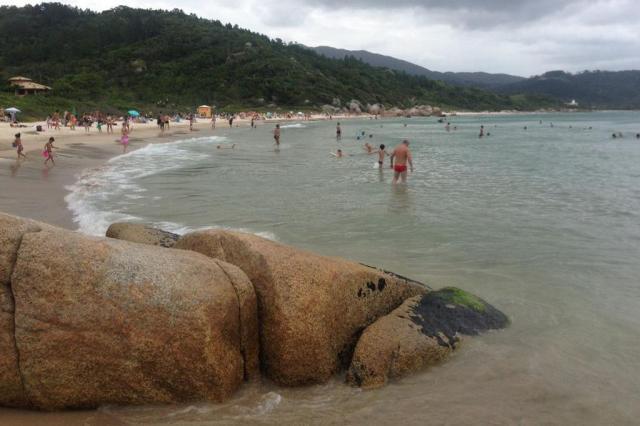 Criança morre afogada após explosão de foguete em praia