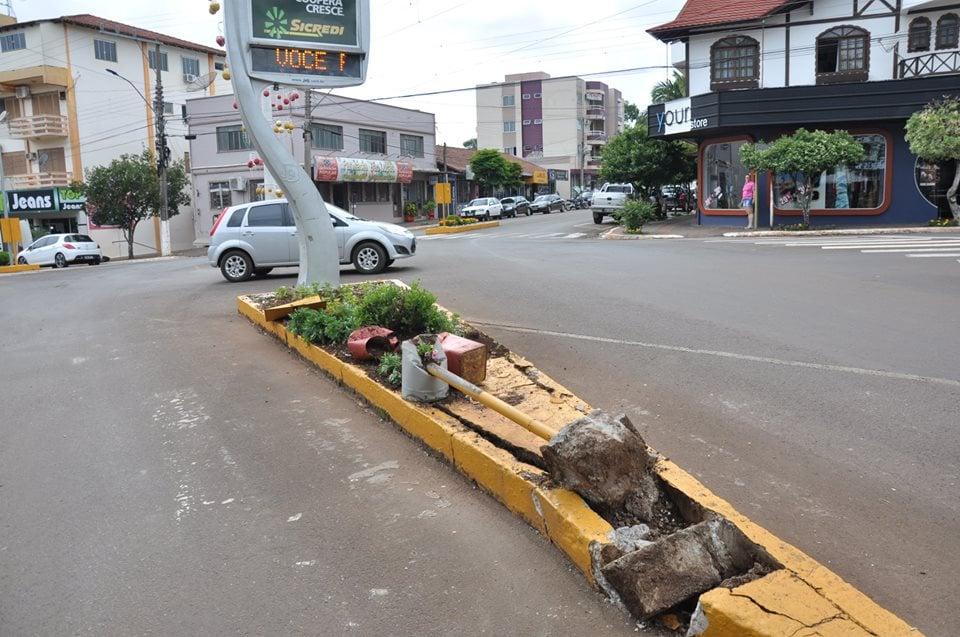 Motorista foge após colidir em rótula no centro de São José do Cedro