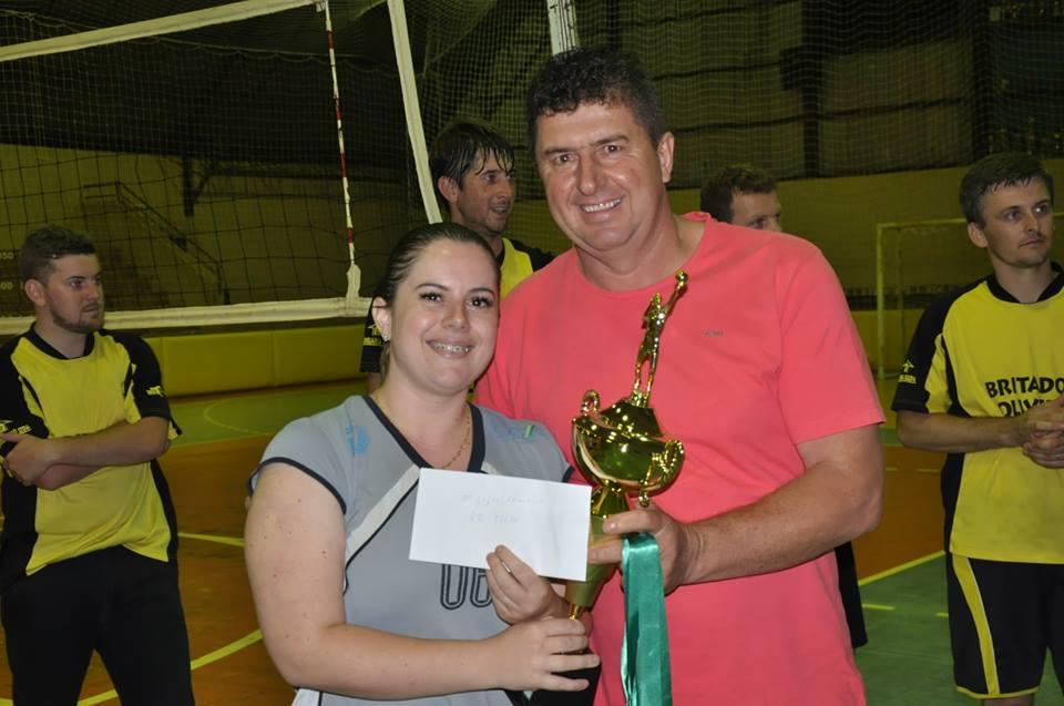 Equipes campeãs do Municipal de Voleibol doam dinheiro da premiação para o Hospital