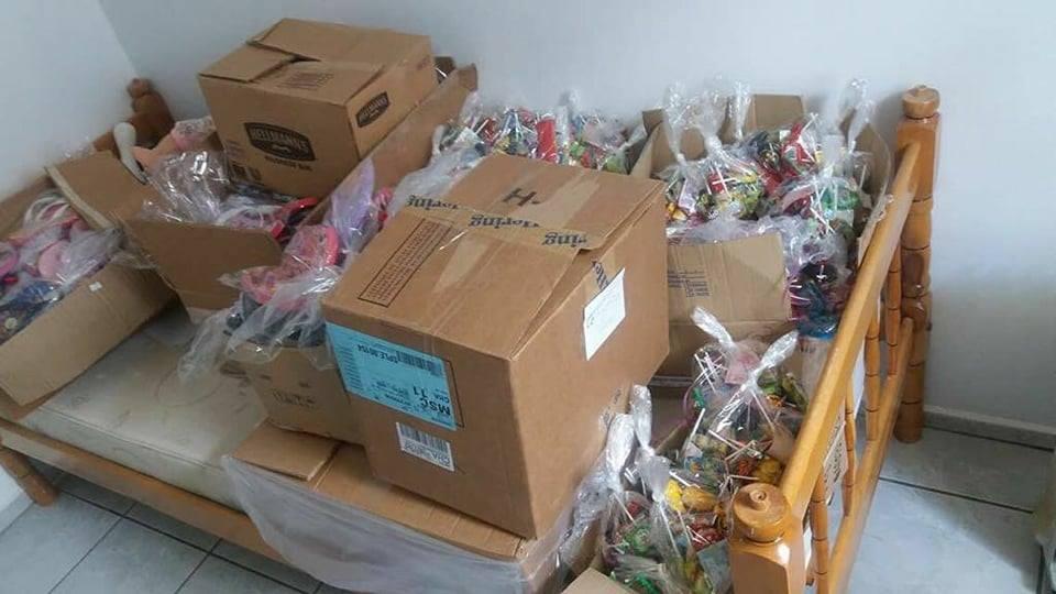 Policiais Civis entregam doces e brinquedos para crianças de Anchieta