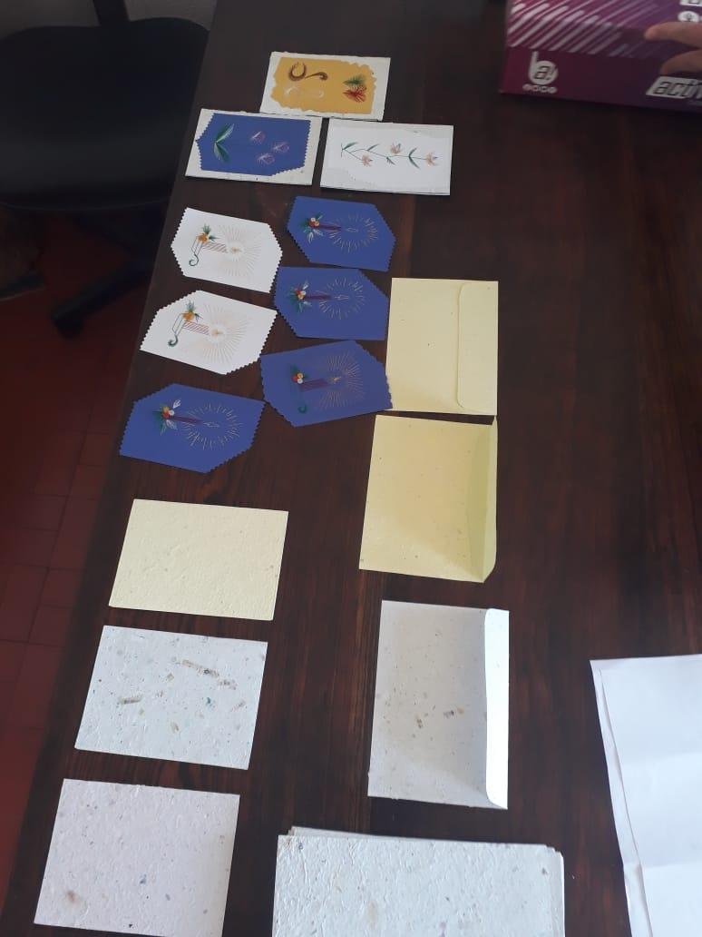 Papel reciclado é transformado em cartões e envelopes