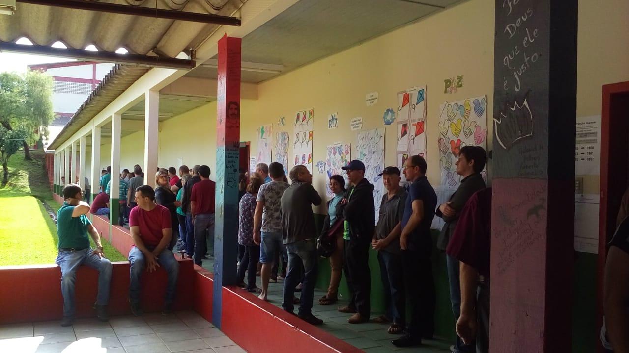 Eleitores formam filas para votação nesta manhã em São José do Cedro