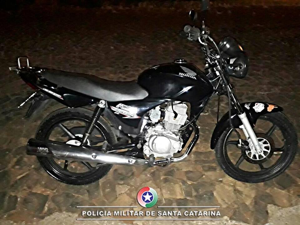 PM apreende motociclista por manobras perigosas e por descumprir ordem judicial
