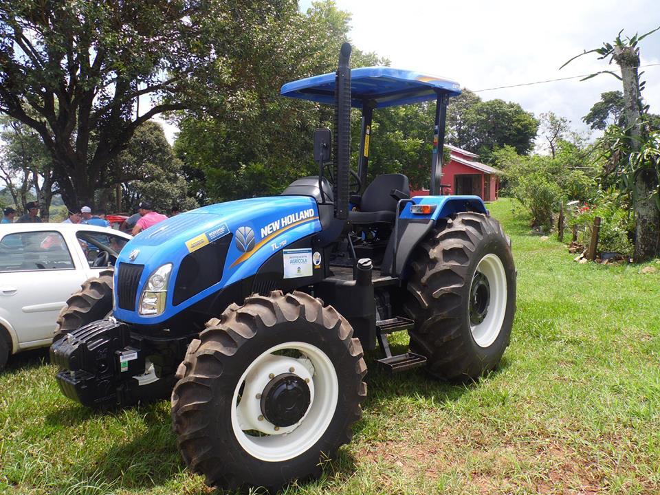 Prefeitura entrega trator cedido para associação de agricultores