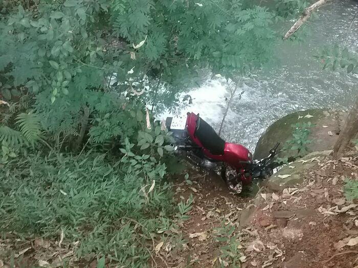 Moto furtada de madrugada é encontrada abandonada próximo a riacho em Descanso