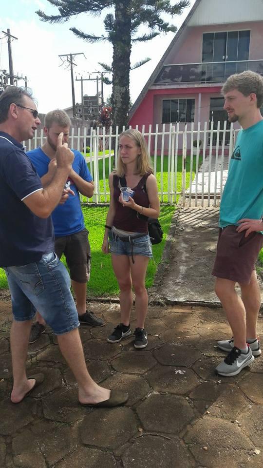 Menina alemã reencontra policial que a salvou de sequestro na fronteira