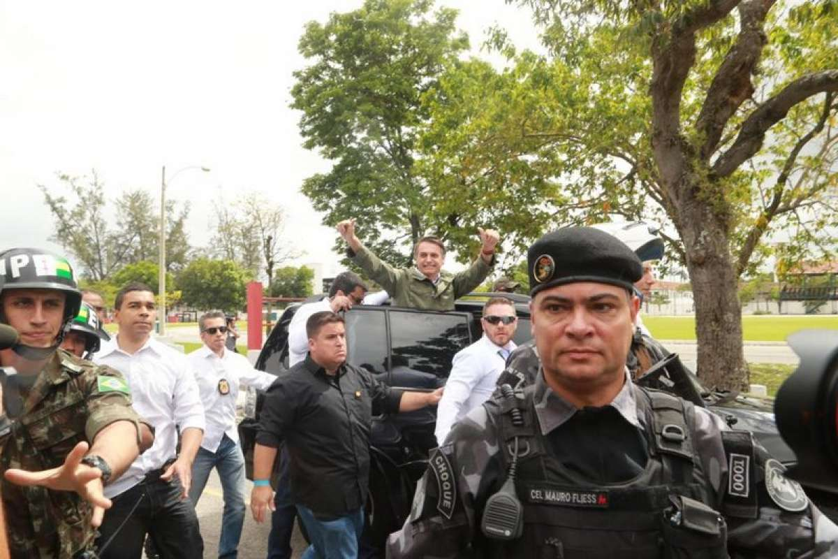 Bolsonaro (PSL) vota no Rio usando colete à prova de balas