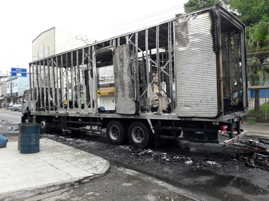 Caminhão da região é destruído por incêndio no Rio de Janeiro