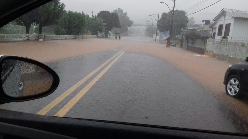 Chuva compromete aulas e abastecimento de água no Extremo Oeste