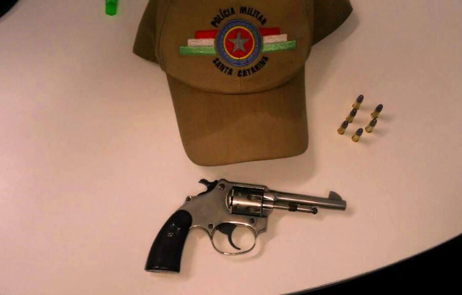 Arma de fogo é apreendida em veículo durante Operação