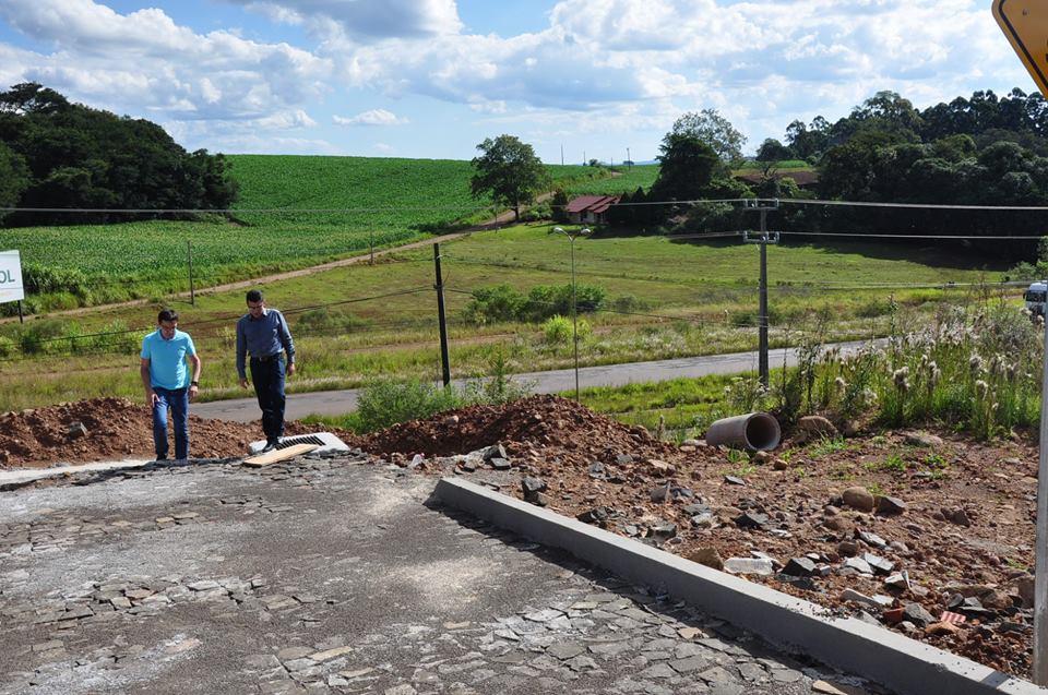 Calçamento do Parque Industrial três de São José do Cedro está em fase de conclusão