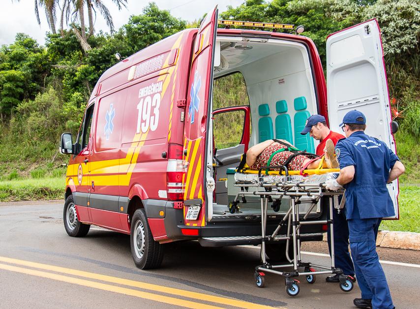 Mulher fica ferida em colisão no trevo de Idamar