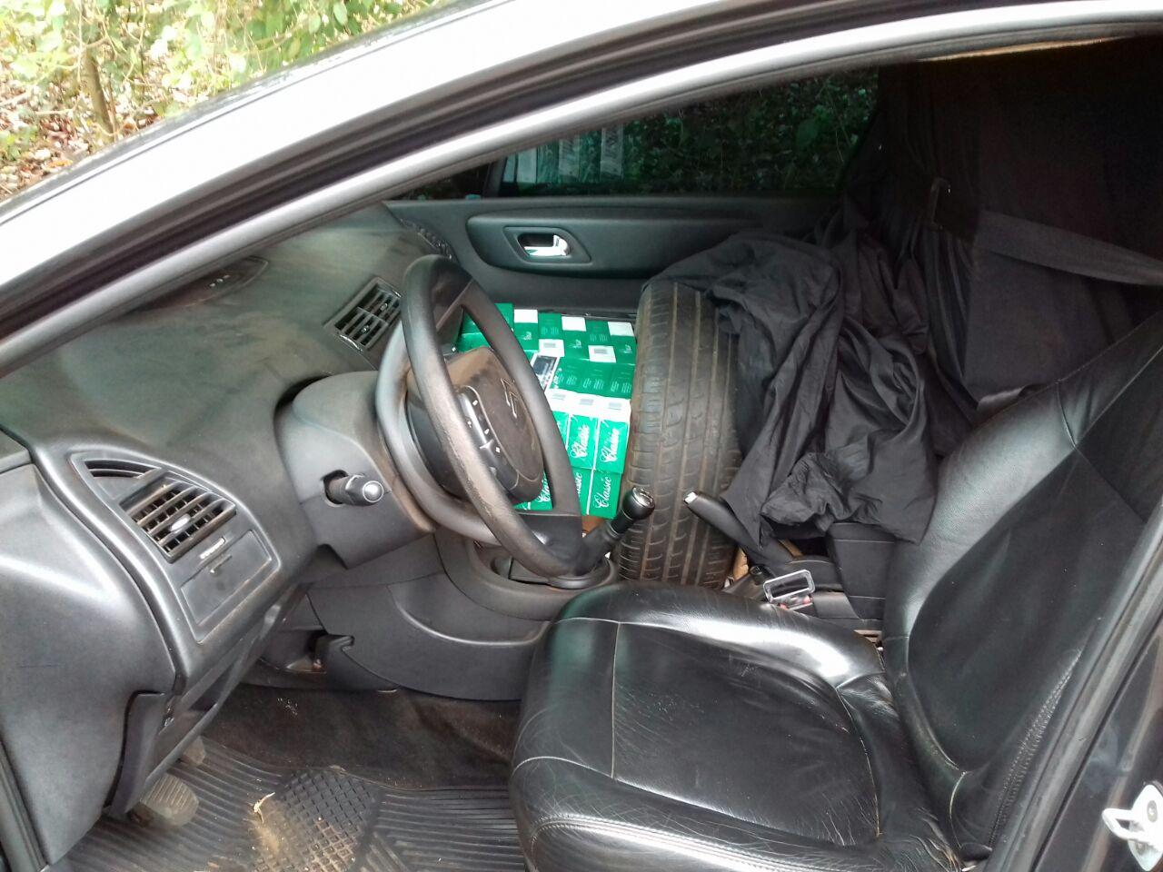 Motorista foge e abandona carro com 18 mil maços de cigarros na BR 282