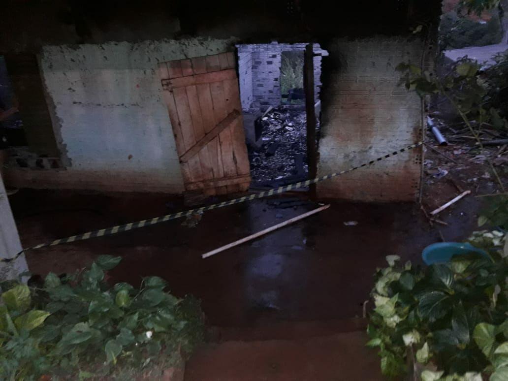 Casa é destruída por incêndio no centro de Palmitos