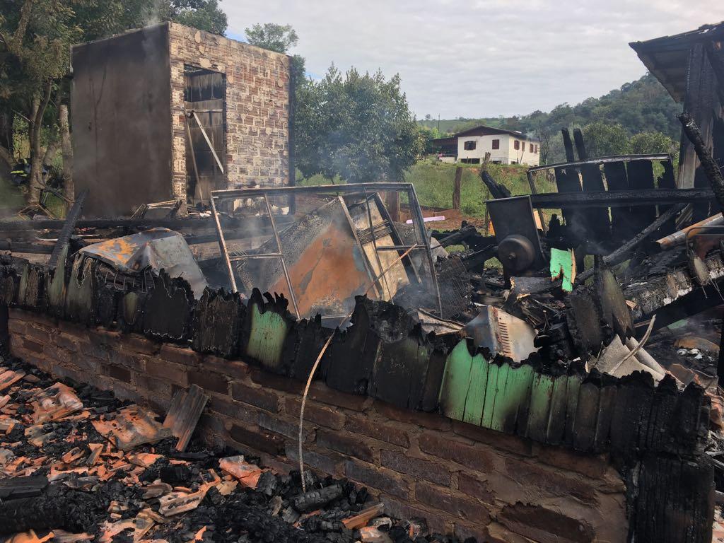 Casa é destruída por incêndio no interior de Riqueza